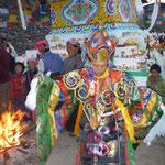 Un Lama dans un costume coloré, lors de l'inauguration de la nouvelle stupa a Thulo Syabru