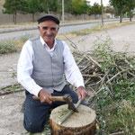 Ibrahim prépare son bois