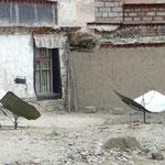 Ici point de panneau solaire (les chinois ont amené l'électricité partout) mais des cuiseurs solaires pour economiser le combustible