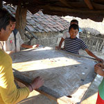 Partie de Karum : jeu national au Népal. On en trouve un dans presque tout les village!