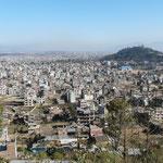 Kathmandou et la colline de Swoyambhu au pied de laquelle nous habitons