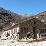 Construction d'un nouveau lodge pour l'industrie touristique. C'est impressionant de penser que tous les materiaux sont amener a dos d'homme !!