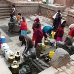 Approvisionnement en eau a Patan, le niveau des nappes a beauoup baisse ces dernieres annees, beaucoup des fontasines publiques sont maintenant a sec...