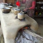 Beau four a bois traditionnel en terre cuite, comme partout dans le Terai