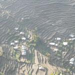 Les cultures en terrasse couvrent les flancs des montagnes pas trop raides