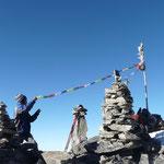 Mingmar accroche sa guirlande de drapeaux a priere, il brulera aussi quelques batons d'encens, rituel bouddhiste quand on arrive sur un lieu sacre que sont les sommets.