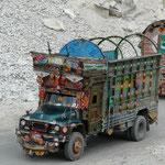 Les camions pakistanais, toujours superbement decores, sont en revanche incroyablement lent