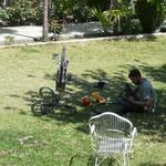Journee repos a Chilas, on en profite pour une petite revision des velos, le mauvais etat de la route n'aidant pas