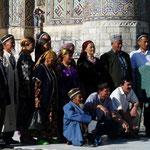 On ne bouge plus! les ouzbek viennent aussi visiter leur patrimoine, et immortaliser ce jour
