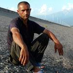 Babek, berger azeri avec qui nous partageront le paturage le temps d'une soiree (lui pour son troupeau et nous pour planter la tente)