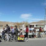 Pause avec Alberto et Paco, 2 cyclistes espagnols rencontrés sur la route (plutot habillés style tour de France eux)