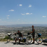 Deux cyclistes font du tourisme en Capadocce