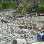 Un pont a casse, les camions font la queue pour emprunter une voie de secours