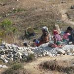 Quelques uns des tres nombreux briseurs(euses) de pierres postés dans les lits de rivieres ou dans les carrieres qui, coup de marteau apres coup de marteau, réduisent les roches en gravillons ou sable...
