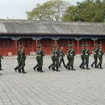 malgré les parades des gardes a l'interieur,
