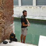Nico a testé la pêche sous-marine, sans harpon mais tout habillé, dans les canaux de venise