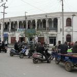 Kashgar, avec ses scouteurs électriques chinois mais aussi ses balcons en bois, vestiges de la vieille ville