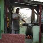 Le cuisinier d'une petite auberge tenue par des afghans, ou la pluie nous a conduit