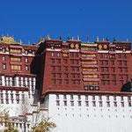 Le palais rouge abrite les stelles funeraires richement decorees d'or et de pierres precieuses des precedents dalai-lama