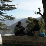 Nico et Maman contemplant les montagnes