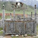 Stele originale dans le cimetiere du village