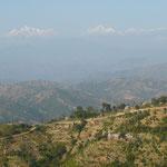 Campagne Nepalaise sur la route vers Kathmandou avec au loin les sommets enneiges de l'Himalaya
