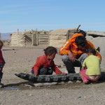 Drole d'enfance que celle-ci, dans un camp de nomades au milieu de nulle part..