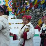 Des femmes précédent le Lama avec encens et offrandes