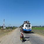 Un bus local : les népalais sont souvent mallade en bus (les routes de montagnes n'arrangent rien..) et du coup beaucoup préferent voyager sur le toit. La en l'occurrence c'est surtout qu'ils n'ont pas le choix, le bus est bonde.
