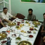 Lors du repas avec la famille de Sherzodbek
