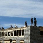Ouvriers construisant un toit plat (vous savez pourquoi)