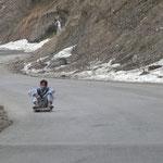 Rapidement, en montant, nous trouvons de la neige au bord de la route, mais plus assez pour faire de la luge: place au bobsleig a roulettes