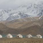 Campement de yourte (en béton..) au bord du lac Karakul... C'est plus pour les touristes que pour les familles Kyrgyzes