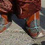 Voici un exemple de belles bottes mongoles (qui nous font bien envie quand on a un peu froid au pieds!)