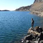 Sur les rives d'un des lacs Gosainkund. A 4300m, en automne, l'eau est plutot fraiche!