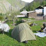 Campement au milieu d'un village, c'est dur de trouver un endroit plat ailleurs!