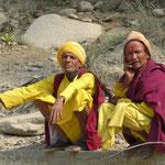 Des Sadhus (hommes saints hindou) sur le bord de la route