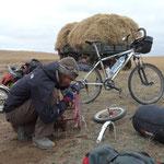 Pendant que Akennenejuan et compagnie demontent leur roue, Romain bricole la remorque qui peine un peu sur les pistes