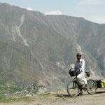 """Le long de L'indus, dans le Kohistan, une region tribale reputee plutot """"insoumise"""" et """"peu accueillante envers les etrangers"""".."""
