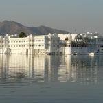 L'ancien palais d'été flotte toujours sur le lac Pichola, a Udaipur
