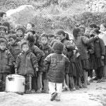 A Gurje les enfants attendent le dhalbat servi par Umbrella avant d'aller l'ecole
