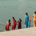 Séance de purification dans le Gange en famille et dans la bonne humeur
