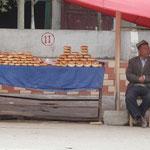 Vendeur de nans sur la bord de la route pres de Kashgar