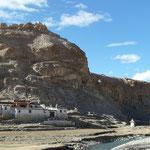 Petit lieu de culte adossé a la falaise