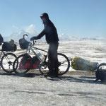 On arrive enfin au col! Une fine couche de glace recouvre la route et nous empeche de pedaler. Au loin, le Shishapangma culmine a 8027m.