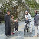 Vendeurs de poissons le long de la route, dans le Kohistan