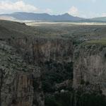 La vallee d'Ilhara et ses nombreuses eglises construıtes dans la roche au pied de la falaise