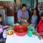 Preparation de momos (sorte de raviolis cuits a la vapeur), dans la maison des volontaires, pour l'anniversaire d'Indu didi