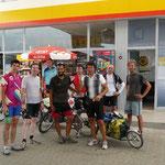 Avec un groupe de cyclistes roumains qui vont faire du kite surf dans le coin.. on échangerait bien nos vélos avec les leurs...