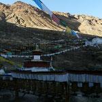 """Le long """"kora"""", equipé de centaines de moulins a priere, fait le tour du temple de Shigatse"""